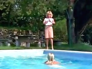 Stunning Blondes And A Pool - Hos